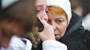 Ihmiset odottivat tietoja menehtyneistä ja loukkaantuneista turmapaikan läheisyydessä 22. marraskuuta.