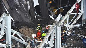 Pelastustyöntekijät etsivät ihmisiä Maxima-kaupan raunioista 22. marraskuuta.