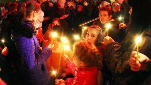 Ihmiset sytyttivät kynttilöitä romahtaneen Maxima-ruokakaupan läheisyyteen Riiassa 22. marraskuuta.