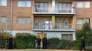 Poliiseja vartiossa kerrostalon edustalla.