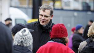 Kesksutan ehdolla oleva eurovaaliehdokas Mikael Pentikäinen tapasi ihmisiä puolueen toritapahtumassa Kuopiossa 23. marraskuuta.