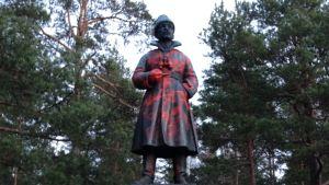 Punaisella maalilla töhritty Mannerheimin patsas Tampereen Leinolassa.