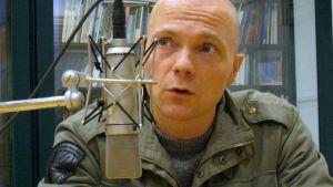Oula Hänninen radion studiossa