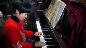 Shi Yi Nuo soittaa pianoa kotonaan Pekingissä.