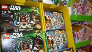 Joulukalentereita kaupan hyllyssä