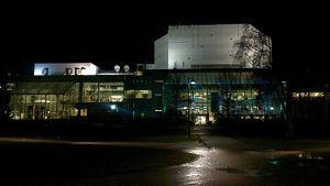 Tampere-talo sinivalkoisessa valaistuksessa