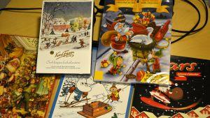 Suklaajoulukalenterit pöydällä