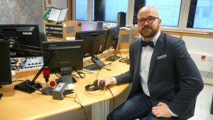 Toimittaja ja tietokirjailija Jani Niipola vieraili Ylen aikaisessa. Niipolalla on tekeillä kirja miehen pukeutumissäännöistä ja siitä kuinka niitä rikotaan.