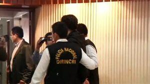 Pidätetty perulaismies poliisin otteessa 29. marraskuuta.