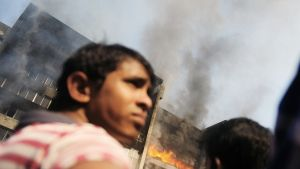 Bangladeshilaiset seurasivat tekstiilitehtaan paloa Dhakan laitamilla 29. marraskuuta.