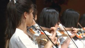 Kierrätysmateriaaleista valmistettuja soittimia käyttävä orkesteri esiintymässä.