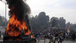 Poliisiauto palaa mielenosoituksen aikana lähellä Kairon yliopistoa.