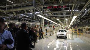 Saab-auto saapuu lehdistön eteen tuotantolinjalta