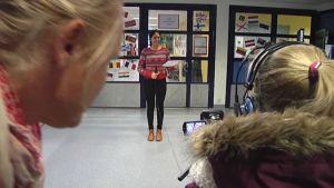 Oppilaat kuvaavat videota