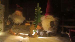 Yksityiskohta joulukalenterin kakkosluukusta Kokkolan vanhassakaupungissa.