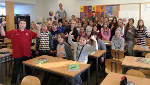Heinolan Niemelän koulun kuudesluokkalaisia.