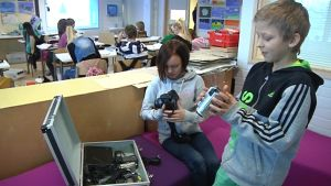 Torkinmäen koulun kuudesluokkalaiset Onja Heino ja Aarne Herlevi tutkivat kameroita.