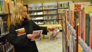 Kajaanilainen Anne Rönkkö toimii kirjavinkkarina.