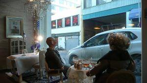 Mummo- ja Vaari-nuket Mummon kammarin ikkunalla itsenäisyyspäiväsomistuksessa