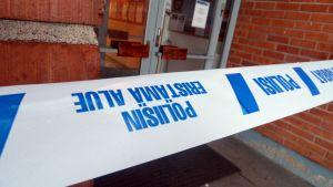 Poliisinauha Pohjola-opiston oven edessä