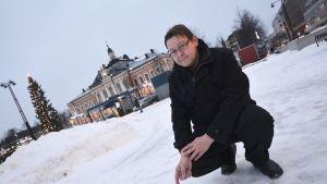 Veli Markkanen näyttää, missä toripillkki tapahtunee Kuopiossa.