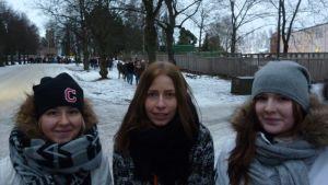 Ella Reijonen, Riina Junila ja Laura Laitinen Kalevankankaalla itsenäisyyspäivän aattona
