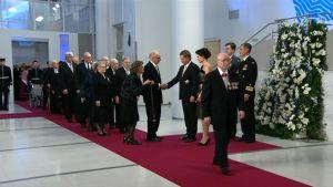 Presidenttipari aloitti kättelemällä sotaveteraaneja.