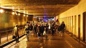 Kiakkovieraiden mielenosoittajat kulkevat takaisin kohti Tampere-taloa keskustan rautatieaseman alikulkutunnelissa itsenäisyyspäivänä 6. joulukuuta.