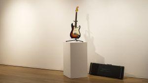 Fender Stratocaster nostettuna valkoiselle standille, jolla Dylan soitti Newport Folk Festivalissa 1965.