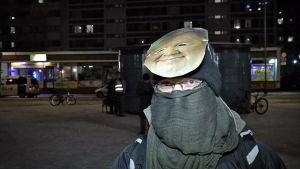 Huivin, pipon ja Timo Jutila -naamarin taakse piiloutunut silmälasipäinen mies antoi haastattelun.