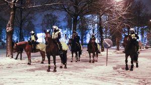 Ratsupoliisit siirtyivät Yliopistonkadulle tarkkailemaan kiakkovieraiden mielenosoittajia Tampereella 6. joulukuuta.