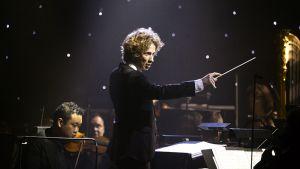 Kapellimestari Santtu-Matias Rouvali johtaa orkesteria juhlakonsertissa itsenäisyyspäivän juhlassa Tampere-talolla 6. joulukuuta.