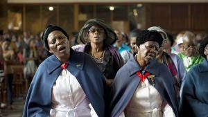 Naiset lauloivat Nelson Mandelan kunniaksi järjestetyssä muistotilaisuudessa Sowetossa, Etelä-Afrikassa, 8. joulukuuta.