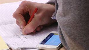 Oppilas matematiikan tunnilla.