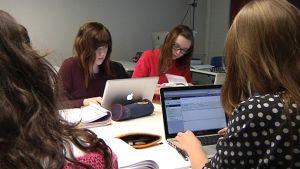 Opiskelijat tekevät tietokoneella tehtäviä.