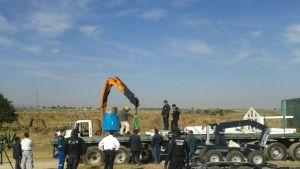 Poliisi keräämässä varastettua radioaktiivista jätettä pellolta, jolta se löydettiin, Hueypoxtlan kaupungin lähellä.