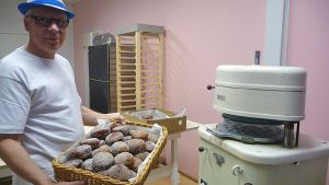 Jorma Tiuraniemi leipomossaan