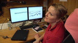 Report coordinator Cajsa Hermansson analysoi tutkimustuloksia.