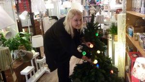 Elisa Partti kietoi kuuseen vähän erilaiset jouluvalot.