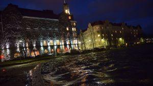 Aallokkoa Tokoinrannassa Helsingissä perjantaiaamuna 13. joulukuuta 2013. Seija-myrsky on katkonut sähköt noin 200 000 taloudelta eri puolella Suomea.