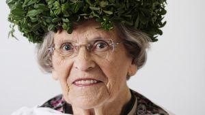Lucia-mummo Else Järvilehto kruunattiin lucianpäivänä Lapinlahdella.