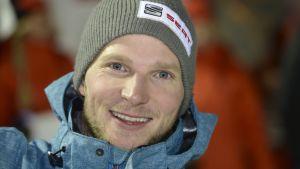 Lumilautailija Janne Korpi lähikuvassa.