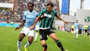 Sassuolon Francesco Acerbi (oik.) suojaa palloa Lazion Luis Pedro Cavandalta (vas.).