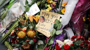 Surijoiden jättämiä kukkia ja muistokirjoituksia edesmenneen Nelson Mandelan kotitalon edustalla Johannesburgissa.