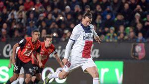 PSG:n Zlatan Ibrahimovic onnistuu pilkulta.