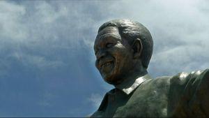 Nelson Mandelaa esittävä patsas.