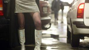 Seksityöläinen kadulla (jalat kuvassa).