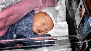 Vastasyntynyt vauva nukkuu sairaalan sängyssä.
