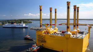 Tuulivoimaloiden muuntaja-alustaa hinataan telakalta Rostockista kohti Pohjanmerellä Borkumin edustalla sijaitsevaa tuulivoimapuistoa.