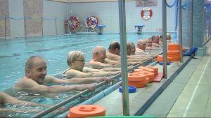 Eläkeläisiä vesijumpassa Liprakan uimahallissa.